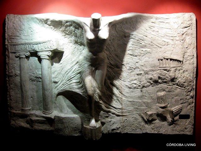 """""""Victoria alada del Olimpo"""", obra de Fabio Alaniz, ubicada en el hall de entrada del edificio Olimpus II, Estrada 95."""
